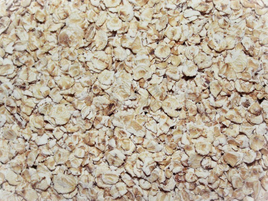 <b>Aveia</b> - Possui cerca de 17 g de proteína em 100 g do alimento, contra 28 g do frango grelhado. Consumindo aveia, você ainda ganha em fibras e ingere menos gordura