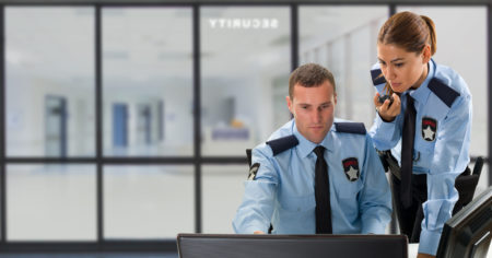 policiais trabalhando em frente a um computador
