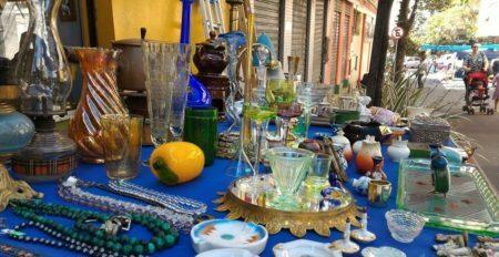 antiguidades em exposição na feira das antiguidades do caminho dos antiquários