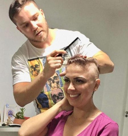 homem cortando cabelo de Lays
