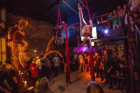 show circense de tecido no leviano bar