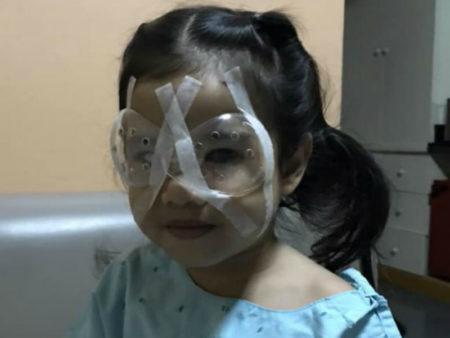 menina cirurgia olhos celular