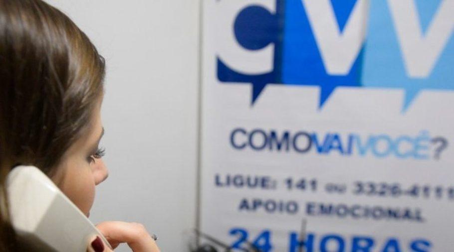 voluntária do CVV ao telefone