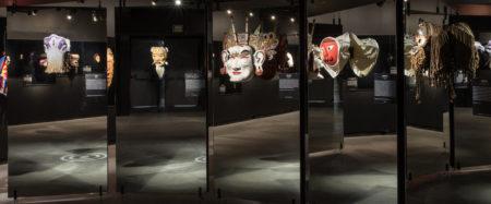 máscaras em exposição no farol santander