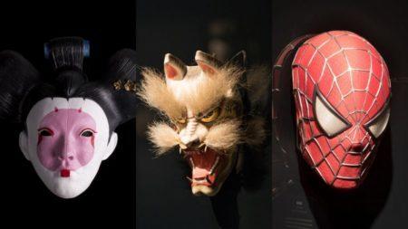 máscaras japonesas e do homem aranha em exposição no farol santander