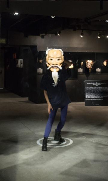 homem usando o aplicativo MSQRD na mostra etnos com máscaras etnicas no farol santander