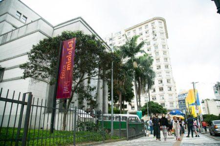 fachada da biblioteca mário de andrade com uma faixa da feira miolo(s)