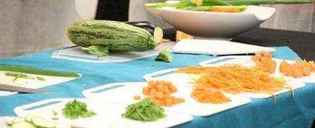 cenoura e abobrinha picadinhas em tábuas na cozinha