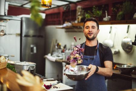 homem preparando comida fresca