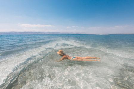 Boiar no Mar Morto é uma das experiências imperdíveis na Jordânia