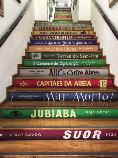 escadas da fundação jorge amado com degraus decorados com as lombadas dos livros do autor