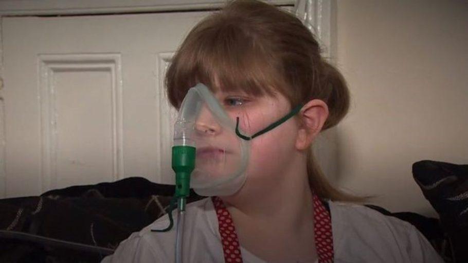 menina respirando com aparelhos