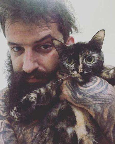 Alex segurando sua gatinha