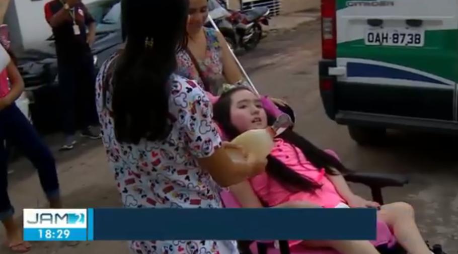 A garota Letícia, que cresceu num hospital, enfim, chega em casa