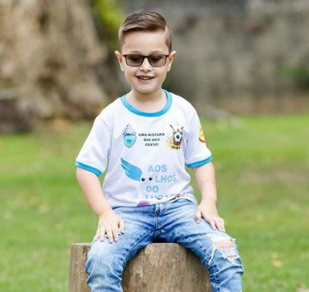 menino sentado em um banco