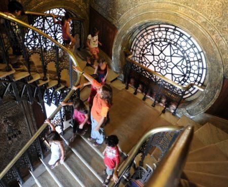 crianças passeiam pelas escadarias do castelo do museu da vida no rio de janeiro