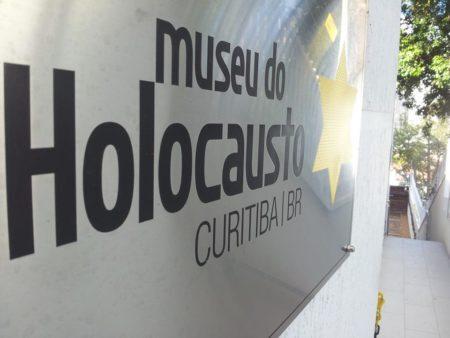 placa de entrada do museu do holocausto