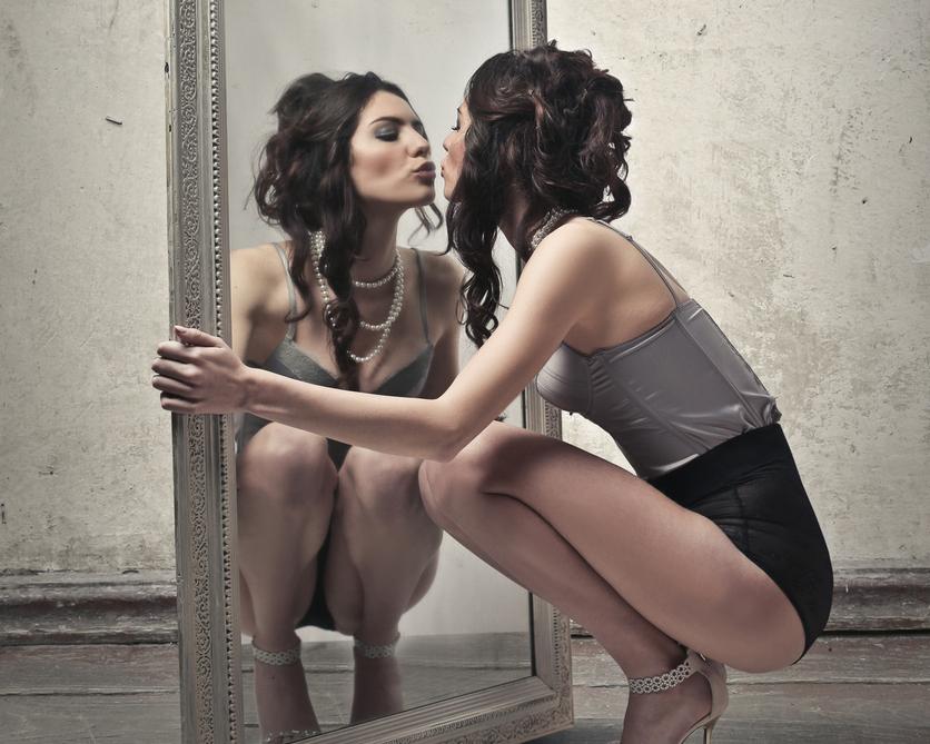 mulher beijando o espelho