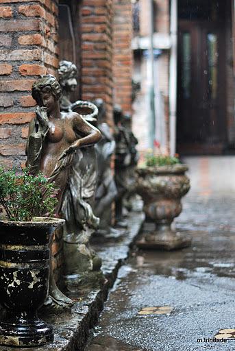 estátuas espalhadas pelo O Velhão