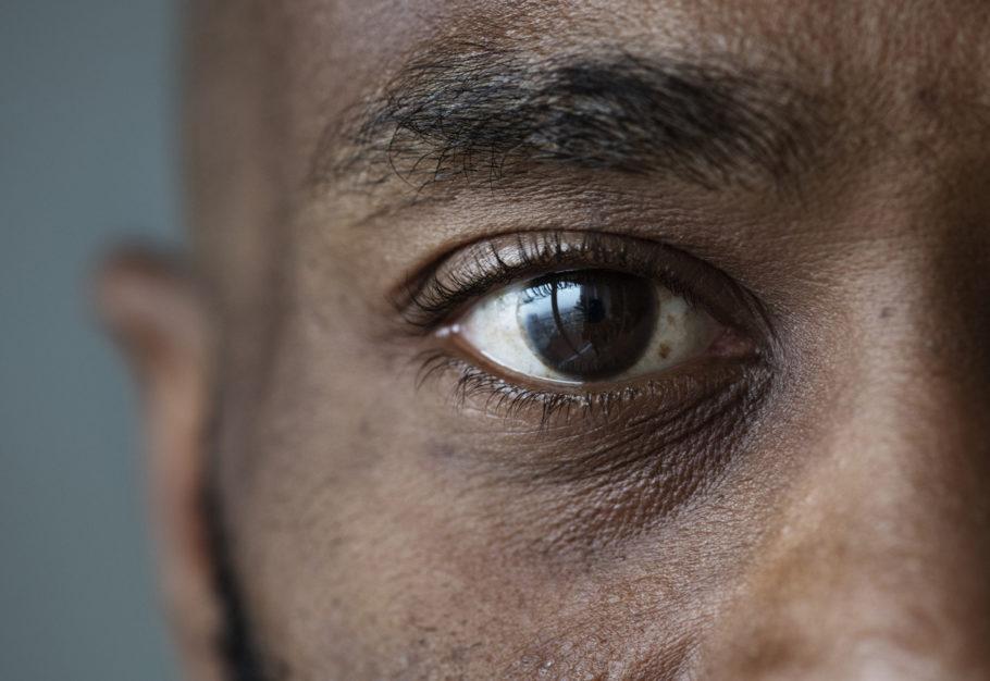 imagem foca os olhos de um homem
