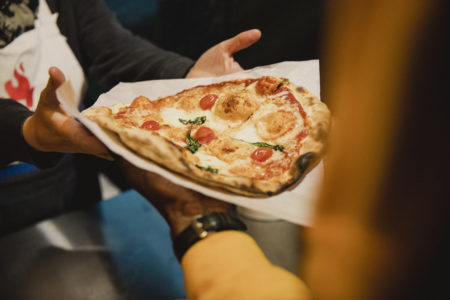 atendente entregando pizza a mulher