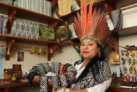 mulher indígena apresenta seus artesanatos