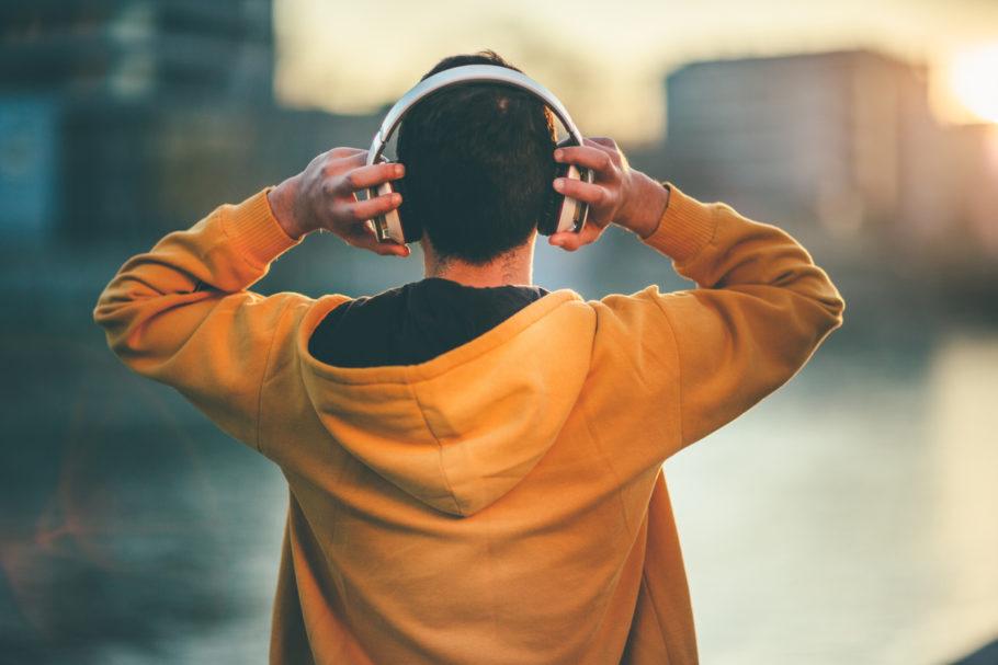 homem usando um fone de ouvido