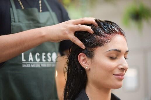 cabeleireiro massageando a cabeça de cliente