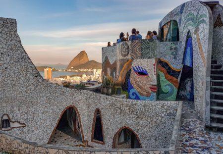 mirante de mosaicos do the maze rio com vista para baia de guanabara e pão de açucar