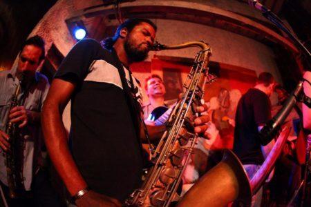 homem tocando saxofone em noite de jazz