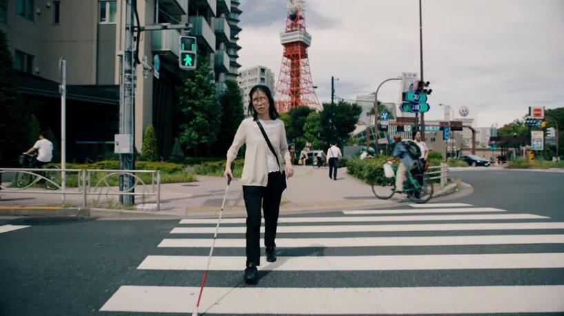 mulher cega atravessa a rua