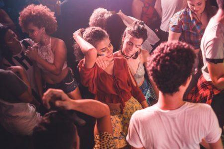 pessoas dançam em festa no clube metrópole em boa vista bairro lgbt do recife