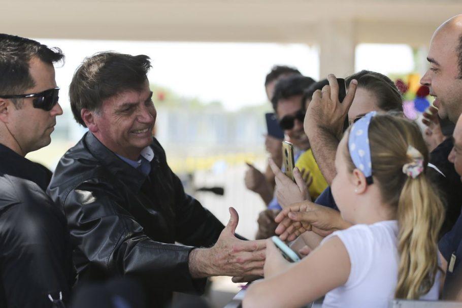 Bolsonaro cumprimenta eleitores