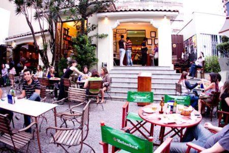 espaço interno do café com letras da savassi, em belo horizonte