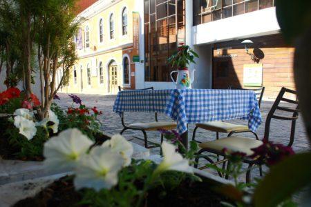 mesinha na rua da cafeteria em curitiba zucker café