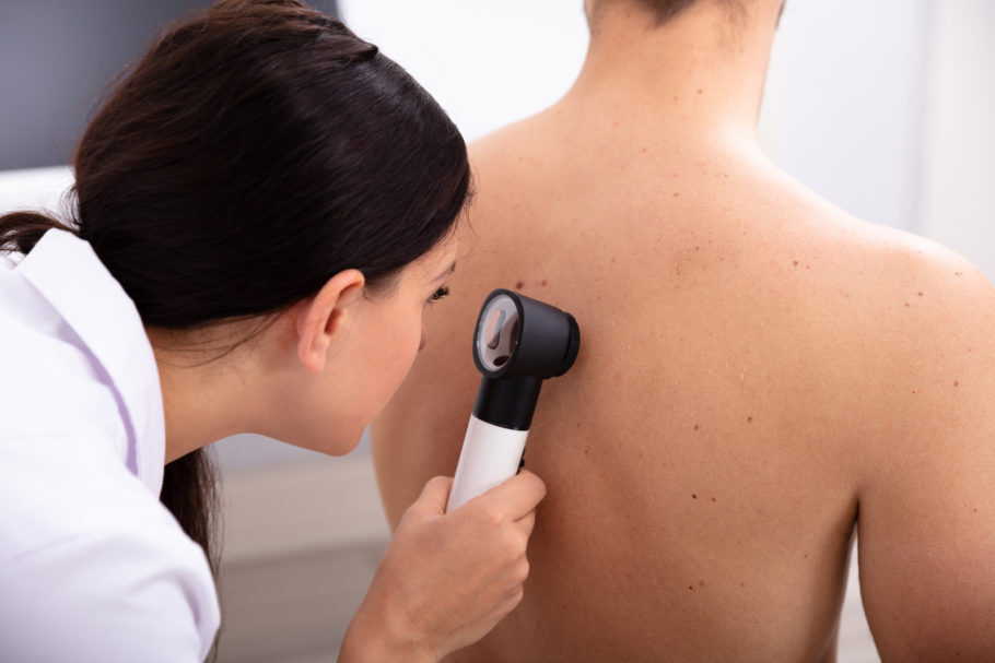 dermatologista analisando a pele de paciente