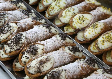 Típico cannoli siciliano recheado com ricota