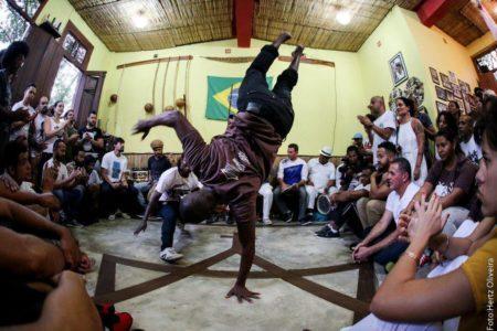 homens jogam capoeira na casa mestre ananias