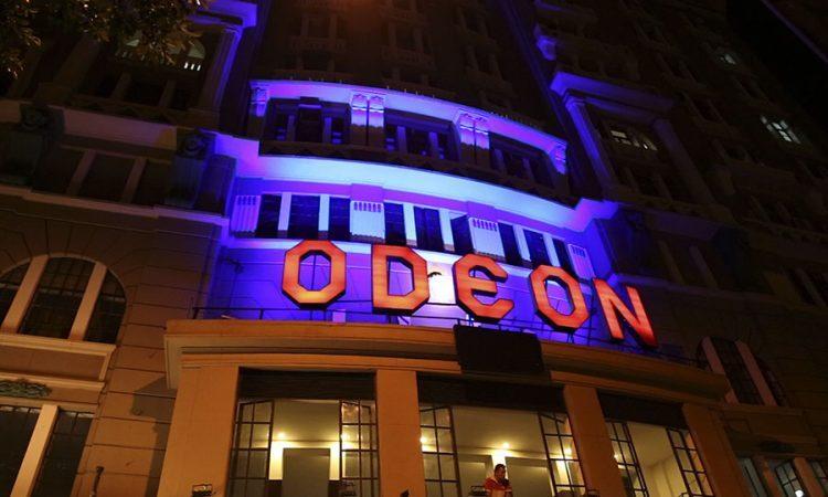 fachada do cine odeon com letreiro luminoso