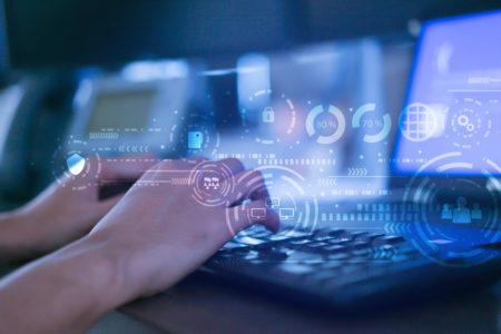 Close da mão de homem programador digitar no laptop de teclado para registrar dados sistema ou acesso senha com interface virtual de cyber segurança na sala de operação escuro