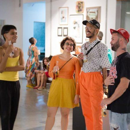 pessoas conversando na galeria rv