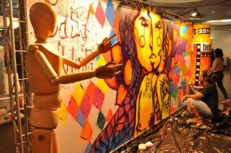 artista grafita painel durante o pixel show