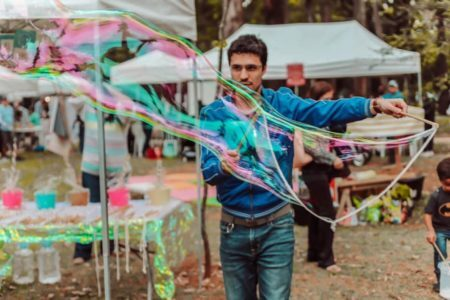 homem faz bolha de sabão gigante na feirinha de natal do bem