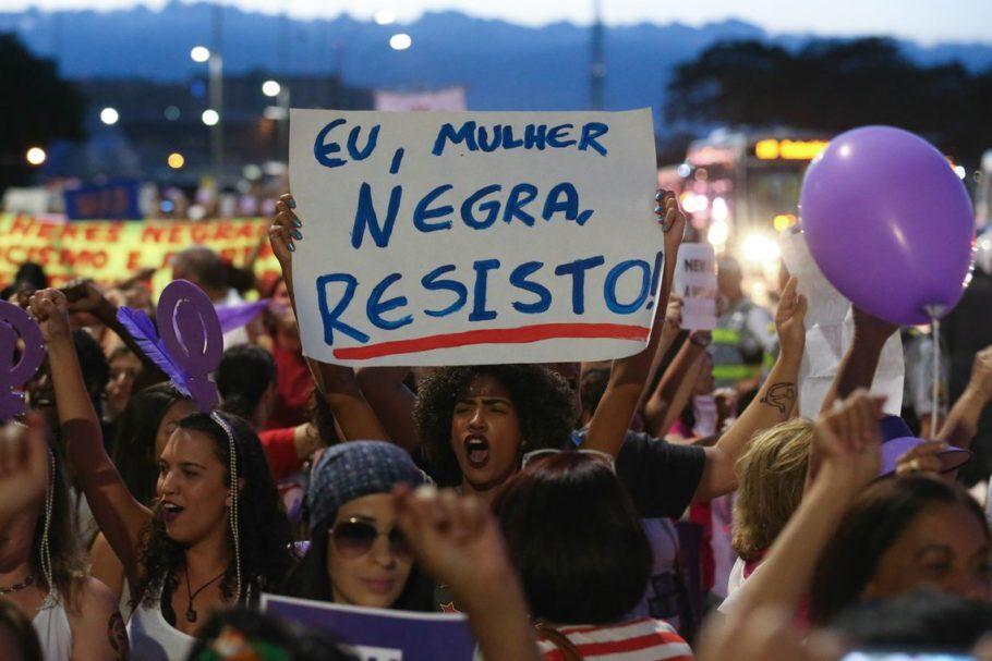 Mulheres fazem manifestação por direitos iguais, contra o racismo e contra a violência