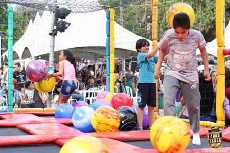 crinças brincando em pula-pula festival do morango e chocolate