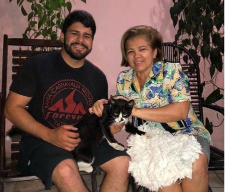 Artur Lira e tia Neide, sentados, com o gato Frajola no colo