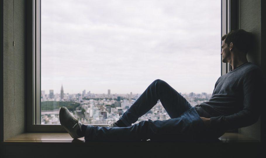homem na janel