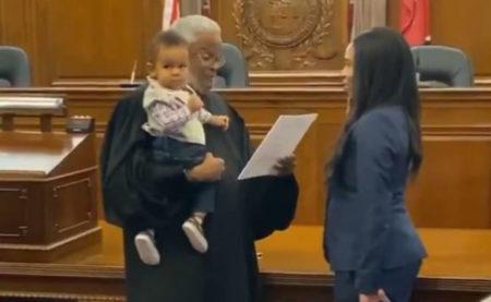 Juiz segura bebê durante juramento de advogada