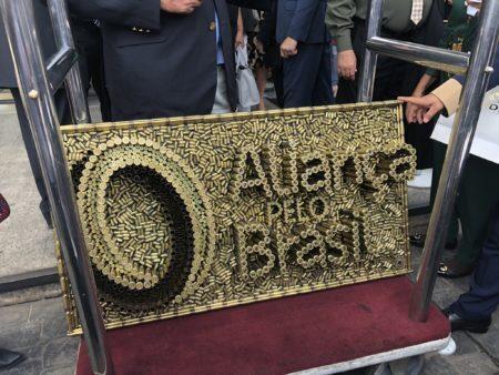 Partido Aliança pelo Brasil ganha emblema feito de projéteis de balas