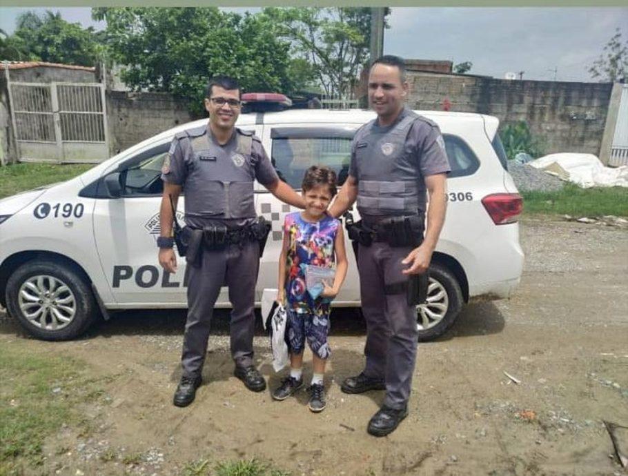 Policiais militares e menino